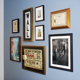 Inspiration för mellanstora eklektiska arbetsrum, med blå väggar och en hängande öppen spis