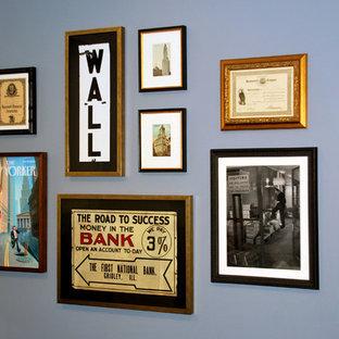 Cette photo montre un bureau éclectique de taille moyenne avec un mur bleu et cheminée suspendue.