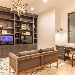 Imagen de despacho ecléctico, grande, sin chimenea, con paredes beige, suelo de madera clara, escritorio empotrado y suelo beige