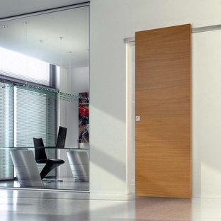 Ispirazione per un ampio atelier industriale con pareti bianche, pavimento in cemento, nessun camino, scrivania autoportante e pavimento grigio