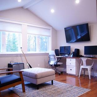 オタワの広いトラディショナルスタイルのおしゃれな書斎 (グレーの壁、無垢フローリング、暖炉なし、造り付け机) の写真