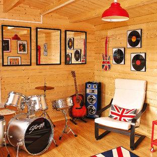 Réalisation d'un bureau chalet de taille moyenne et de type studio avec un sol en vinyl.