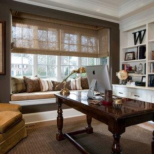 Esempio di uno studio classico con pareti marroni, parquet scuro, scrivania autoportante e pavimento marrone