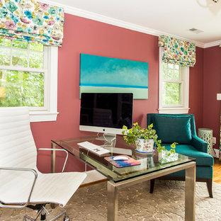 ワシントンD.C.の中くらいのトラディショナルスタイルのおしゃれな書斎 (ピンクの壁、無垢フローリング、暖炉なし、自立型机、茶色い床) の写真