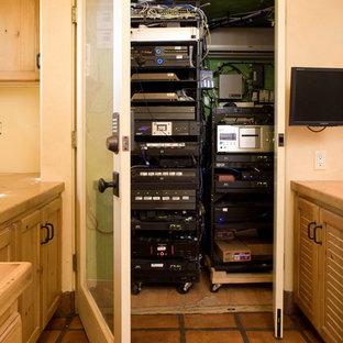 Modelo de despacho ecléctico con paredes beige, suelo de baldosas de terracota y escritorio empotrado