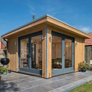 Cette image montre un bureau nordique de taille moyenne et de type studio avec un poêle à bois et un bureau intégré.