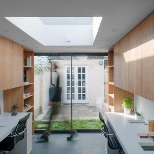 ロンドンの小さい北欧スタイルのおしゃれな書斎 (スレートの床、造り付け机) の写真