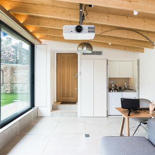 Mittelgroßes Modernes Arbeitszimmer mit Studio, weißer Wandfarbe, freistehendem Schreibtisch, weißem Boden, Keramikboden, Holzdielendecke und Wandpaneelen in London