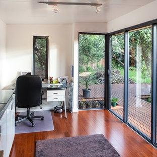 メルボルンの小さいコンテンポラリースタイルのおしゃれなアトリエ・スタジオ (白い壁、ラミネートの床、暖炉なし、自立型机、茶色い床) の写真