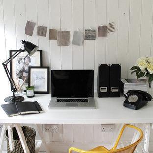 Ispirazione per un piccolo ufficio scandinavo con pareti bianche, pavimento in legno verniciato, scrivania autoportante e pavimento bianco