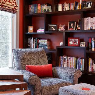 Bild på ett mellanstort vintage arbetsrum, med ett bibliotek, röda väggar, mellanmörkt trägolv, ett fristående skrivbord och brunt golv