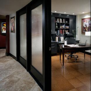 Diseño de despacho ecléctico, de tamaño medio, con paredes blancas, suelo de corcho y escritorio independiente