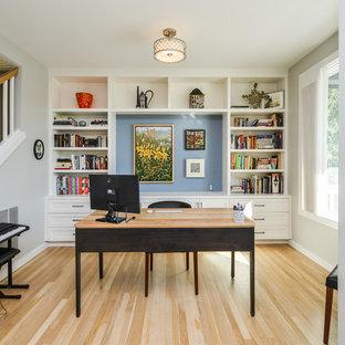 ロサンゼルスのトランジショナルスタイルのおしゃれなホームオフィス・書斎 (グレーの壁、淡色無垢フローリング、自立型机、ベージュの床) の写真