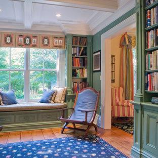 ニューヨークのトラディショナルスタイルのおしゃれなホームオフィス・書斎 (緑の壁、無垢フローリング、茶色い床) の写真