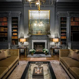 Idéer för ett stort klassiskt arbetsrum, med grå väggar, brunt golv, ett bibliotek, mellanmörkt trägolv och en standard öppen spis