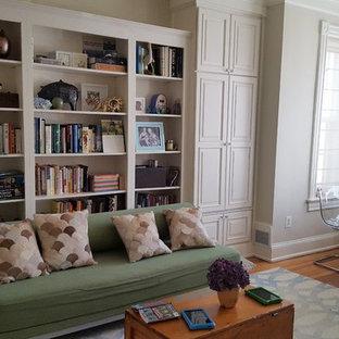 ワシントンD.C.の中くらいのトランジショナルスタイルのおしゃれなホームオフィス・書斎 (ライブラリー、淡色無垢フローリング、自立型机、青い床) の写真