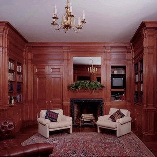 Idee per un ufficio chic di medie dimensioni con parquet scuro, camino classico, cornice del camino in pietra, scrivania autoportante e pareti marroni