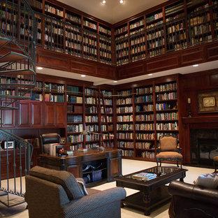 Ispirazione per un ampio studio classico con libreria, pareti marroni, moquette, camino classico, cornice del camino piastrellata, scrivania autoportante e pavimento grigio