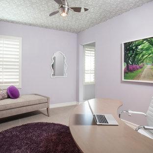 オレンジカウンティの中サイズのコンテンポラリースタイルのおしゃれな書斎 (紫の壁、クッションフロア、暖炉なし、自立型机) の写真