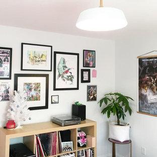 Idéer för ett litet modernt hemmastudio, med vita väggar, mellanmörkt trägolv, ett fristående skrivbord och brunt golv