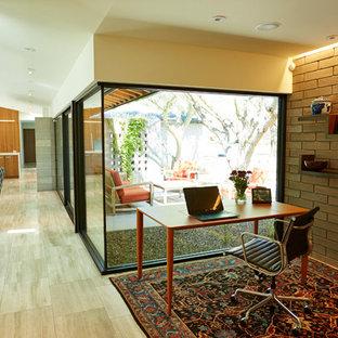 フェニックスのモダンスタイルのおしゃれな書斎 (ライムストーンの床、自立型机) の写真