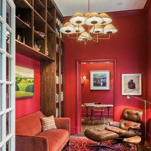 フィラデルフィアのトラディショナルスタイルのおしゃれなホームオフィス・書斎 (ライブラリー、赤い壁、自立型机) の写真