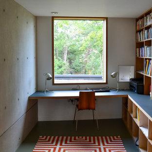 Esempio di uno studio minimalista di medie dimensioni con pareti bianche, pavimento in linoleum, scrivania incassata e pavimento grigio