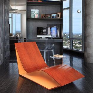 タンパのコンテンポラリースタイルのおしゃれなホームオフィス・仕事部屋 (グレーの壁、黒い床) の写真