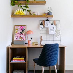 メルボルンのコンテンポラリースタイルのおしゃれなホームオフィス・書斎 (白い壁、カーペット敷き、自立型机、青い床) の写真