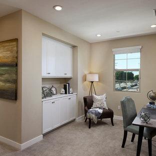 Foto di un ufficio chic con pareti beige, moquette, scrivania autoportante e pavimento beige