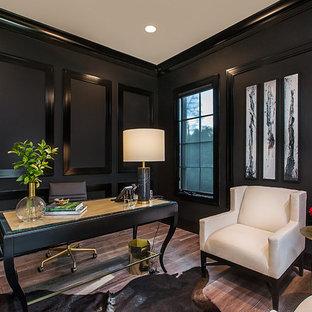 Großes Klassisches Arbeitszimmer ohne Kamin mit schwarzer Wandfarbe, braunem Holzboden, freistehendem Schreibtisch und braunem Boden in Detroit