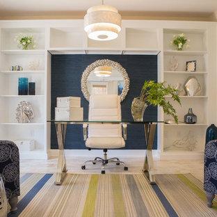 Immagine di un ufficio stile marino di medie dimensioni con pareti beige, pavimento in legno verniciato e scrivania autoportante