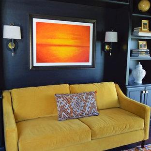 Idee per un ufficio tradizionale di medie dimensioni con pareti marroni, parquet scuro e nessun camino