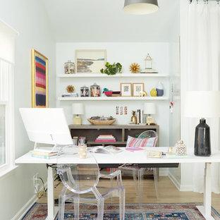 ナッシュビルのエクレクティックスタイルのおしゃれなホームオフィス・書斎 (白い壁、淡色無垢フローリング、自立型机、ベージュの床) の写真
