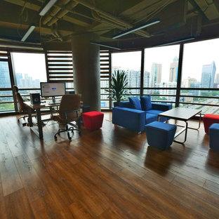 他の地域の小さいインダストリアルスタイルのおしゃれなホームオフィス・書斎 (ライブラリー、グレーの壁、ラミネートの床、自立型机) の写真