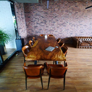 他の地域の小さいインダストリアルスタイルのおしゃれな書斎 (グレーの壁、ラミネートの床、自立型机) の写真