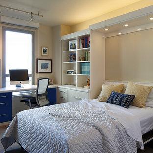 Inspiration för mellanstora moderna hemmabibliotek, med beige väggar, ett inbyggt skrivbord, heltäckningsmatta och beiget golv