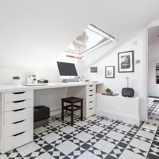 Immagine di uno studio contemporaneo di medie dimensioni con pareti bianche, scrivania incassata e pavimento multicolore
