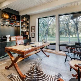 サクラメントの広いおしゃれな書斎 (自立型机、表し梁、塗装板張りの天井、磁器タイルの床、ベージュの床、白い壁) の写真