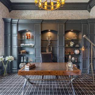 Idéer för ett klassiskt hemmabibliotek, med grå väggar, heltäckningsmatta, ett fristående skrivbord och svart golv