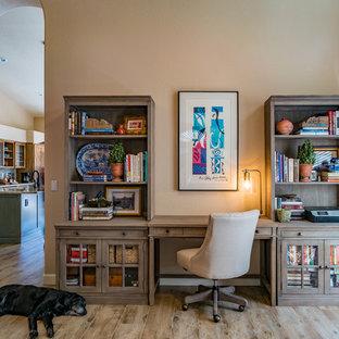 フェニックスの中サイズのラスティックスタイルのおしゃれなホームオフィス・仕事部屋 (ライブラリー、暖炉なし、造り付け机、ベージュの床、ベージュの壁、淡色無垢フローリング) の写真