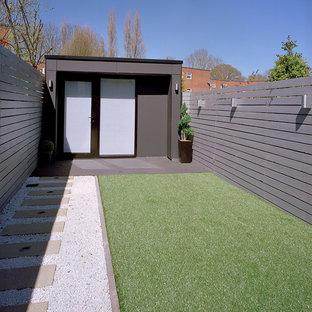 Ispirazione per un piccolo atelier minimalista con pareti grigie, pavimento con piastrelle in ceramica e nessun camino