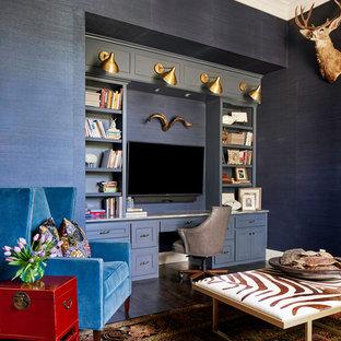 Idee per un grande ufficio tradizionale con pareti blu, parquet scuro, camino classico, cornice del camino in pietra e scrivania incassata