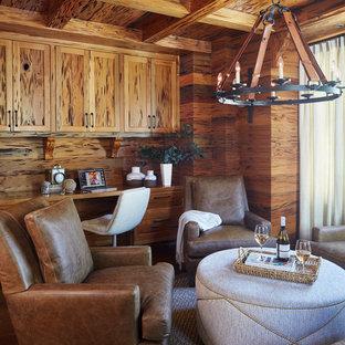 Ispirazione per uno studio stile rurale con pareti marroni, parquet scuro, scrivania incassata e pavimento marrone