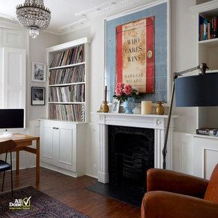 Ispirazione per uno studio design di medie dimensioni con pareti bianche, pavimento in legno massello medio, stufa a legna e pavimento marrone