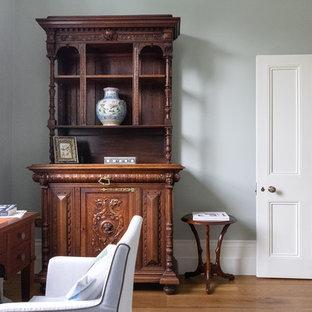 ロンドンの広いヴィクトリアン調のおしゃれなホームオフィス・書斎 (グレーの壁) の写真