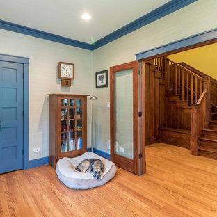 Неиссякаемый источник вдохновения для домашнего уюта: кабинет среднего размера в стиле кантри с библиотекой, белыми стенами, светлым паркетным полом и отдельно стоящим рабочим столом без камина