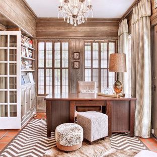 Idéer för vintage arbetsrum, med klinkergolv i terrakotta och ett fristående skrivbord