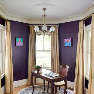 Réalisation d'un petit bureau tradition avec un mur violet, un sol en bois brun et un bureau indépendant.