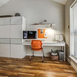 Ispirazione per un piccolo ufficio minimal con pareti beige, parquet chiaro e scrivania autoportante